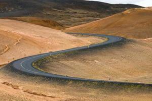 kurvenreiche Straße in Island foto