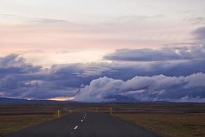 isländische straßen führen in die entfernung