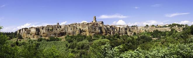 Pitigliano, Toskana, Panorama. Farbbild