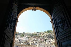 Blick aus dem Inneren einer Kirche