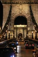 prächtige Kettenbrücke.