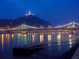 Citadella und Liberty Bridge in Budapest bei Nacht.