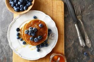 Pfannkuchen mit Beeren stapeln