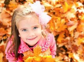 Herbstporträt des entzückenden kleinen Mädchens
