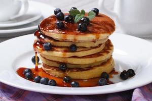 Pfannkuchen mit frischen Blaubeeren, Minze und Ahornsirup