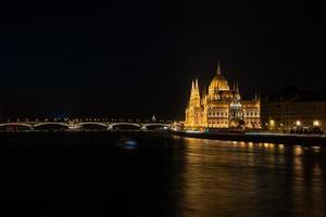 nächtlicher Blick auf den Fluss des Parlamentsgebäudes in Budapest hing