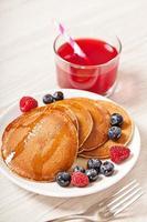 Stapel Pfannkuchen mit Beeren Frühstück