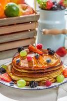 süße Pfannkuchen mit Beerenfrüchten
