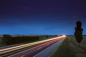 Autos rasen auf einer Autobahn