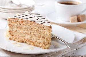 traditioneller ungarischer Esterhazy-Kuchen mit Kaffeetasse und Vintage-Postkarten