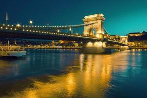 Czechenyi Kettenbrücke in Budapest, Ungarn, am frühen Abend