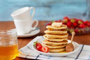 Pfannkuchen mit Honigsirup, Butter und Erdbeere