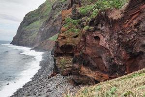 Blick auf die schönen Berge und den Ozean der Insel Madeira, Portugal