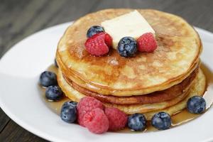 klassische Pfannkuchen mit Butterbeeren und Ahornsirup