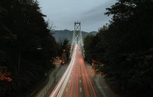 Zeitrafferfotografie der schwarzen und grauen Straße