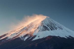 mt. Fuji und Herbstlaub am See Kawaguchi. foto