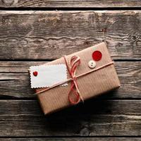 Vintage Geschenkbox mit Etikett auf Holztellern foto
