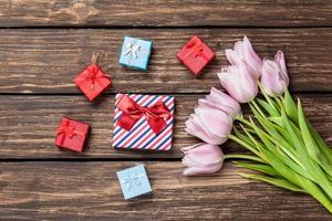 Geschenkboxen und Strauß Tulpen