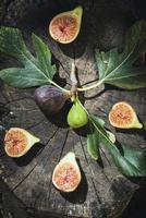 Feigen und Blätter auf Holz foto