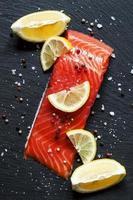 leckere Lachsfilets mit Zitrone, Meersalz und Pfeffer foto