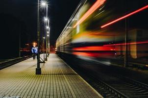Mann, der auf Zugschiene geht foto