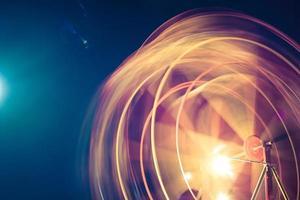 Zeitrafferaufnahme eines sich drehenden Rades foto