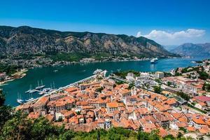 Luftaufnahme einer Stadt in der Nähe von Wasser