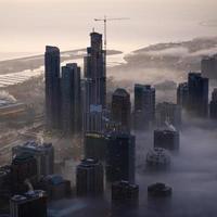 Luftaufnahme eines nebligen Stadtbildes