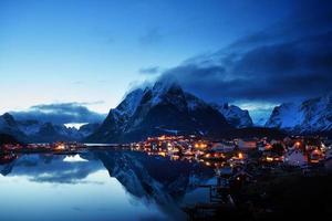 Sonnenuntergang im reinen Dorf, Lofoten, Norwegen foto