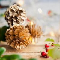 rote Beerenstechpalme Goldkegel und Weihnachtshintergrund foto