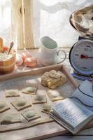 hausgemachte Ravioli in der rustikalen Küche