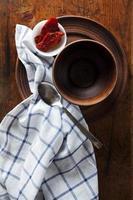 Satz traditioneller rustikaler Weinleseplatten aus Ton auf Holz