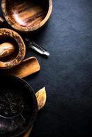 Vintage rustikale Küchenutensilien auf schwarzem Hintergrund