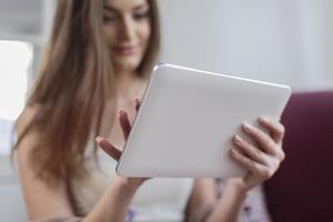 junge Frau mit Tablette foto