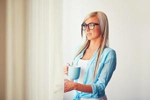 junge Frau in der Nähe von Fenster foto