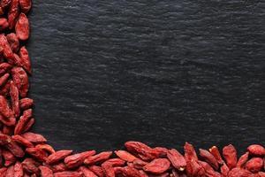 Goji-Beeren auf Schieferhintergrund foto