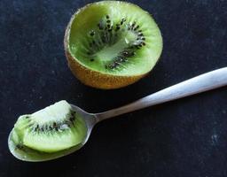 Kiwi und Löffel gegessen