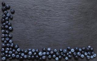 Blaubeeren auf Schieferhintergrund