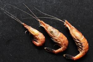 drei gekochte Garnelen