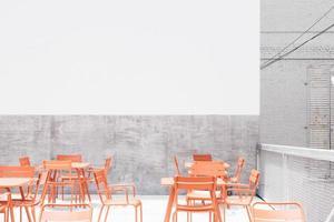 tagsüber orange Tisch und Stühle auf dem Dach