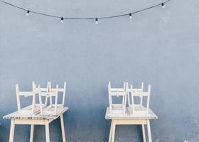 zwei weiße hölzerne Ess-Sets