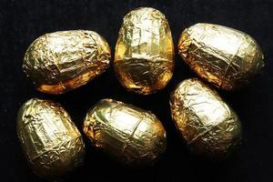 sechs mit Gold umwickelte Schokoladen-Ostereier