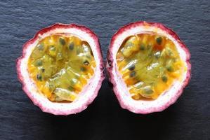 eine Passionsfrucht in zwei Hälften geschnitten