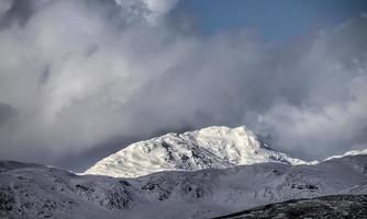 schneebedeckter Berg im schottischen Hochland