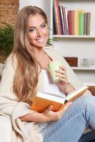 glückliche Frau, die ein Buch liest foto
