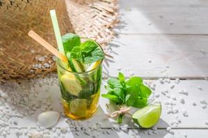 süßes Sommergetränk mit Minzblatt foto