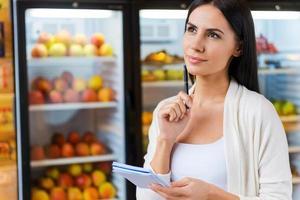 Frau mit Einkaufsliste. foto