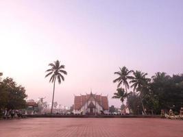 Kirche von Wat Phu Mintr mit Morgennebel verschwimmen