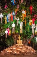 Buddha-Statue von Kerzen während des Loy Kratong Festivals umgeben foto