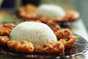 Teller mit Reis und gebratenen Garnelen